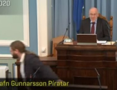 ساب الجلسة وجرى.. نائب يهرب من قاعة برلمان أيسلندا بسبب زلزال.. فيديو