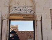 رانيا محمود ياسين فى صورة من أمام مقبرة والدها وتطلب الدعاء للفنان الراحل