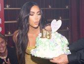 كيم كاردشيان تواصل احتفالات عيد ميلادها وسط أصدقائها وعائلاتها.. صور