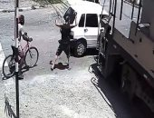 لحظة دهس قطار لسيارة في البرازيل ونجاة امرأة بأعجوبة من داخلها.. فيديو