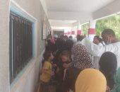 نقل الناخبين إلى لجانهم للتصويت بمدينة القرنة غرب الأقصر.. صور