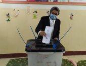 نائب محافظ الوادى الجديد تدلى بصوتها فى انتخابات البرلمان بمركز الداخلة