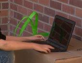 طالب أمريكى يجلس بجوار سور المدرسة للاتصال بالإنترنت لعدم قدرته على الاشتراك