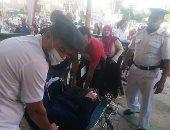 رجال الشرطة بالوادى الجديد يساعدون كبار السن فى الوصول للجان الانتخابية.. صور