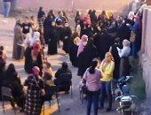 حشود نسائية تنتظر التصويت خارج اللجان الانتخابية بعد زيادة الأعداد بقنا