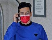 """رامى مالك يخطف الأنظار بـ""""الكمامة الحمراء"""" فى كاليفورنيا.. صور"""