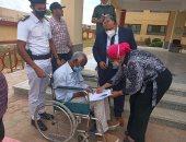 قاضٍ يخرج لمساعدة أحد كبار السن بلجنة فى الشيخ زايد.. صور