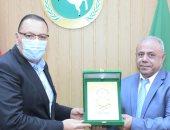محافظ الشرقية يكرم رئيسا قطاعات الكهرباء لبلوغه المعاش ورئيس مدينة أولاد صقر