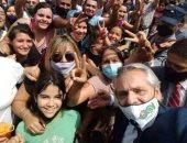 """انتقادات لرئيس الأرجنتين بسبب """"سيلفى"""" لم يراعى التباعد الاجتماعى بمقاطعة ميسيونس"""