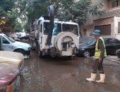 محافظة القاهرة تدفع بـ15 سيارة لشفط المياه الناتجة عن كسر بخط حدائق القبة.. صور