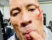"""""""ذا روك"""" يتذوق دمه بعد إصابته فى الجيم: مثل الصلصة الحمراء.. فيديو"""