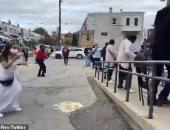 أمريكيون يرقصون في طابور انتظار أمام مركز اقتراع انتخابات الرئاسة.. فيديو
