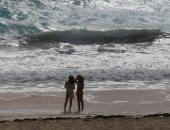 ملابس بحر وحائط بشرى ورايات حمراء.. المكسيكيون يستقبلون العاصفة زيتا.. ألبوم صور