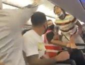 امرأة تتعرض للصعق بسبب عدم ارتداءها كمامة على الطائرة .. فيديو