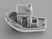 باحثون يبتكرون أصغر قارب فى العالم قادر على الإبحار داخل شعر الرأس.. فيديو