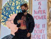 """بيلا حديد تخطف الأنظار أمام لوحة فنية للقاضية الأمريكية الراحلة جينسبيرج """"صور"""""""