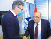 مدير مكتبة الإسكندرية يستقبل السفير البريطانى ويهديه عدة مطبوعات.. صور