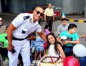 ضابط يفاجئ طفلة على كرسى متحرك بتورتة واحتفال لا ينسى بعيد ميلادها.. صور