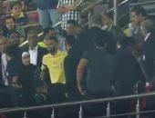 شاهد كيف استقبل الجمهور مؤمن زكريا لحظة دخوله مباراة الأهلي وطلائع الجيش