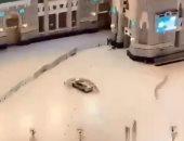 سيارة مسرعة تقتحم ساحات الحرم المكى وتصطدم بإحدى البوابات.. فيديو وصور