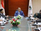 محافظ سوهاج يبحث معوقات مشروع الصرف الصحى لثلاث قرى بطهطا