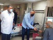 رئيس مجلس مدينة الأقصر يوزع 275 كمامة على مرضى الكلى.. صور