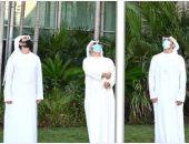 أنور قرقاش يرفع العلم الإماراتى على مقر الخارجية: لحظة إجلال تعزز هويتنا