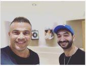 أحدث ظهور للهضبة عمرو دياب مع نادر حمدى.. صورة