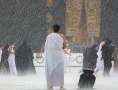 هطول أمطار غزيرة على المعتمرين في الحرم المكي × 15 صورة