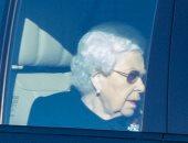 سر ارتداء الملكة إليزابيث اللون الأسود على غير عادتها.. صور