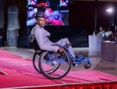 عبد العزيز يتحدى الإعاقة بأول عرض أزياء رجالى بالسودان
