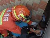 فرق الإنقاذ تتدخل.. طفل يسقط بين جدارين أثناء لعبه مع كلب فى الصين.. فيديو وصور