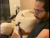 """أحمد حلمى يستخدم شاكوش وزرادية ليأكل الكيك ويعلق: """"وحشة أوى"""".. فيديو وصور"""