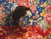 فنانة تتلون كالحرباء وتتوحد مع خلفيات اللوحات الملونة.. ألبوم صور