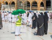 متطوعون يساعدون المعتمرين والمصلين فى المسجد الحرام.. صور