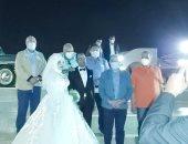 وزير الرى يلتقط سيشن مع عروسين بالمركز الثقافى الأفريقى في أسوان.. صور