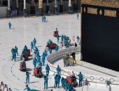تعرف على جهود تعقيم المسجد الحرام لحماية المعتمرين من كورونا بالأرقام.. صور