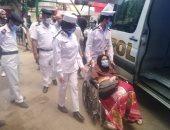 الشرطة تساعد مسنة للوصول للجنتها الانتخابية للادلاء بصوتها بالزيتون.. فيديو وصور