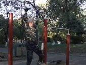 """عجوز صيني يُبهر زوار حديقة بحركات بهلوانية على """"العقلة"""".. فيديو وصور"""