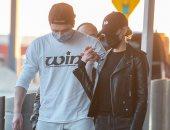 بروكلين بيكهام وخطيبته فى مطار جو كنيدى بعد تأجيل زفافهما بسبب كورونا.. صور