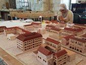 مهندسة فلسطينية تصنع مجسمات لتوثيق تاريخ مدينة نابلس بالحجر والرمل والكرتون