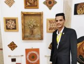 """""""محمد"""" من بنى سويف يصنع لوحات فنية مميزة بقطع معدنية"""