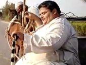 الوزن عائق فى حياته.. مأساة رجل وابنته بسبب حجمه الزائد