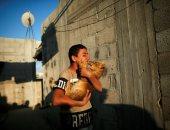 قلب الأسد.. شاب فلسطينى يربى أسود فوق سطح منزله فى خان يونس