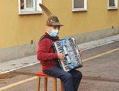 عجوز رومانسى يعزف موسيقى تحت نافذة غرفة زوجته بمستشفى لعلاج كورونا.. فيديو