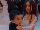 """مكة محمد صلاح ترقص """"سلو"""" مع ابن عمتها في حفل زفاف عمها .. فيديو"""