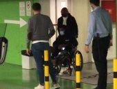 فاتى نجم برشلونة يغادر المستشفى على كرسى متحرك