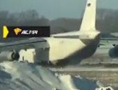 طائرة روسية تخرج عن المدرج أثناء هبوطها اضطراريا بسبب تعطل المحرك.. فيديو