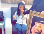 تقبيل وبكاء..تفاصيل الفيديو المتداول لطفلة سعودية تبكى مع صورة ولى العهد