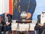 ابن رئيس وزراء البحرين الراحل يستقبل وزير خارجية العراق لتقديم العزاء